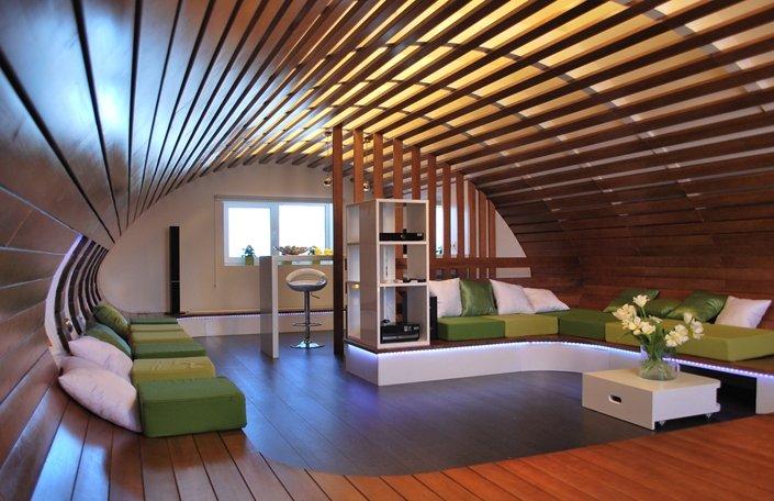 Необычный интерьер мансарды в деревянном доме