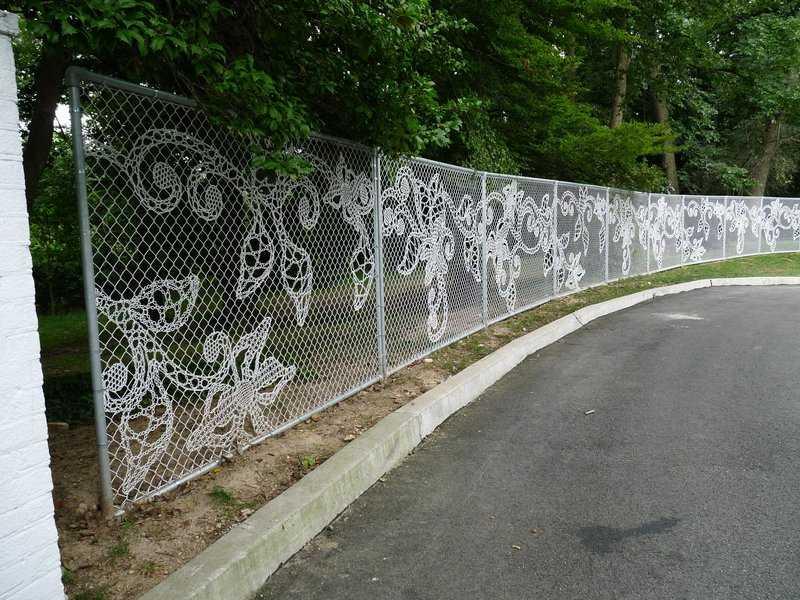Украшенный забор из сетки рабицы невероятно красиво смотрится
