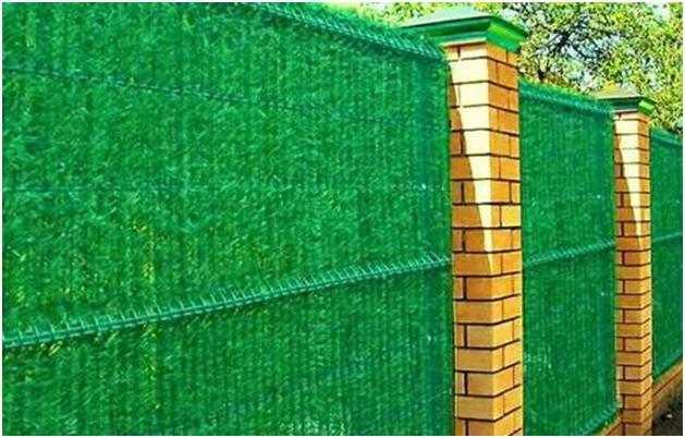 Зеленая стена - сетка рабица задекорированная искусственной хвоей