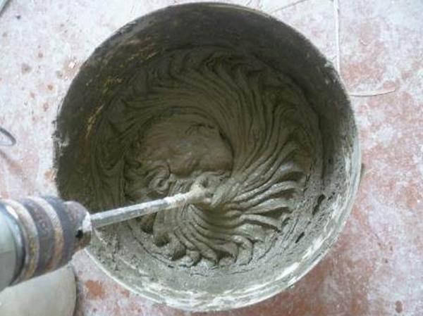Замешивание клея для плитки