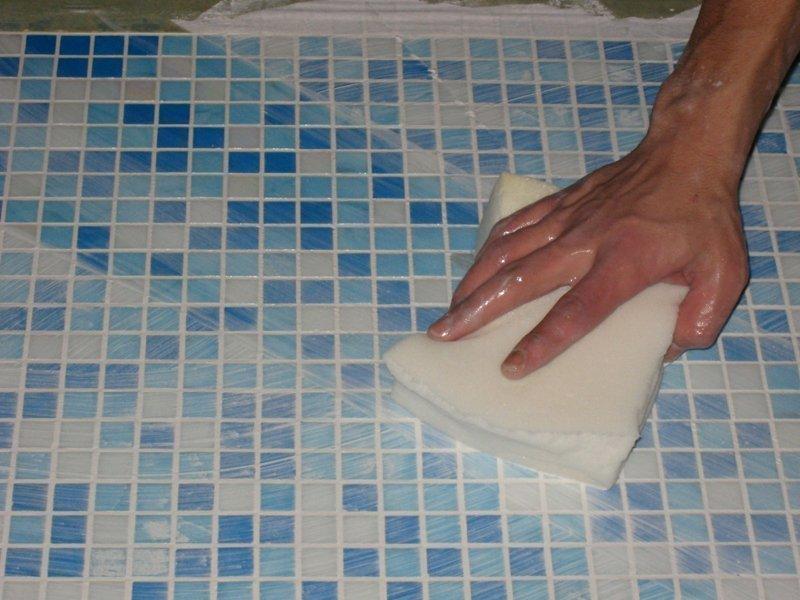 На фото подготовке к затирке плитки мозаики