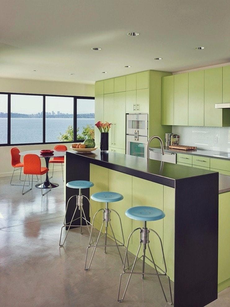 Нежный фисташковый будет хорошо смотреться на кухонном гарнитуре. Он придаст интерьеру нарядный и праздничный вид