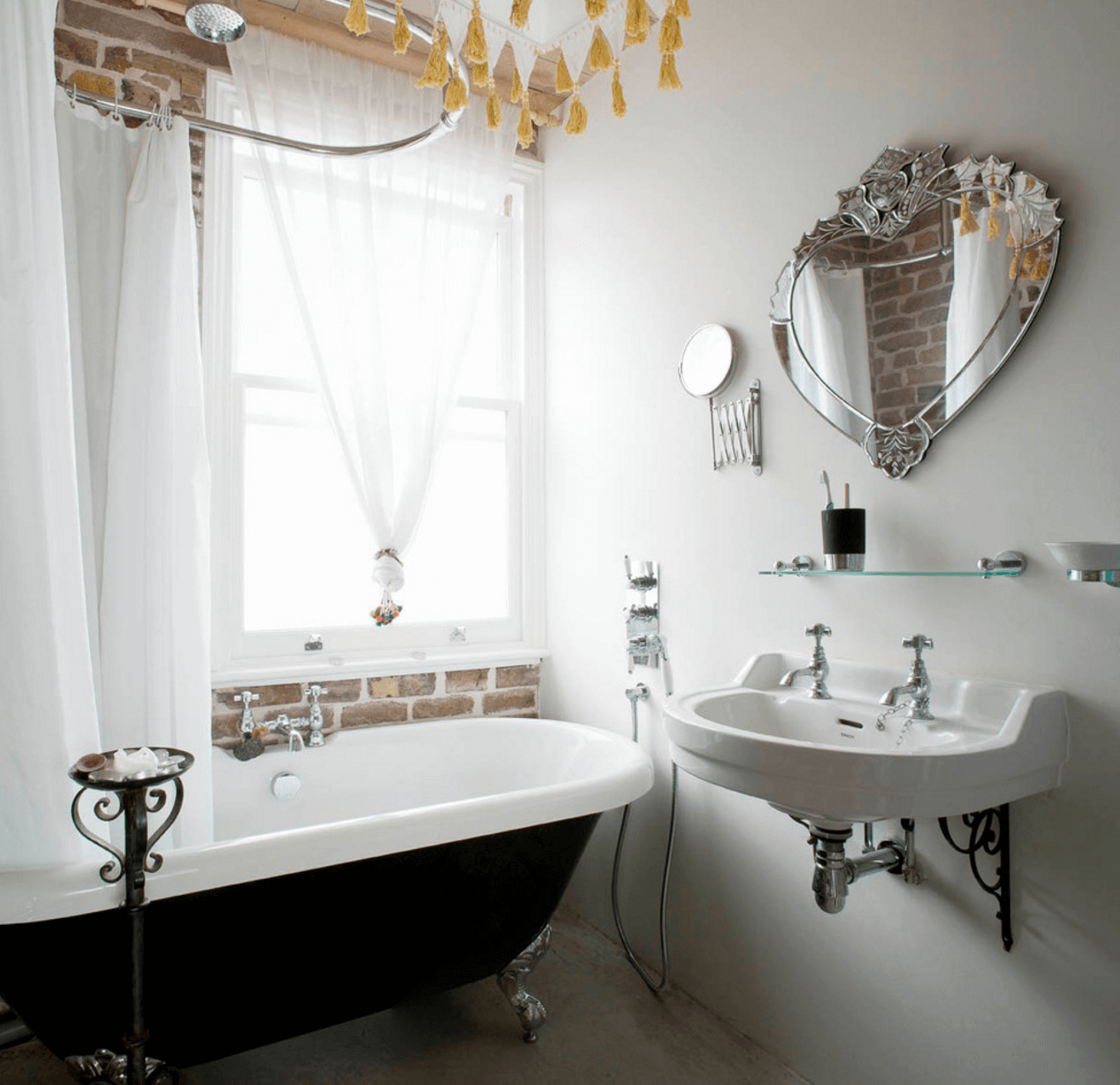 Необычная форма зеркала в интерьере ванной комнаты