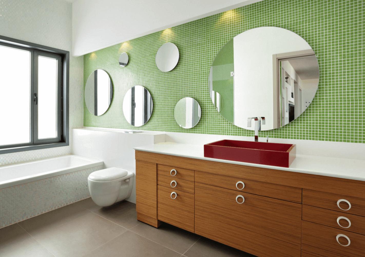 Круглые зеркала разной величины в интерьере ванной комнаты