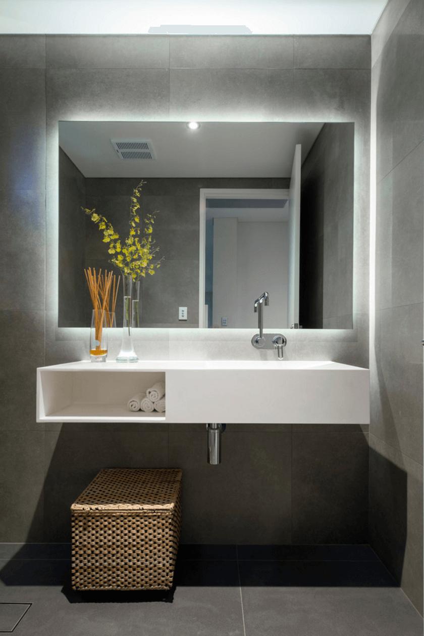 Прямоугольное зеркало в интерьере серой ванной комнаты