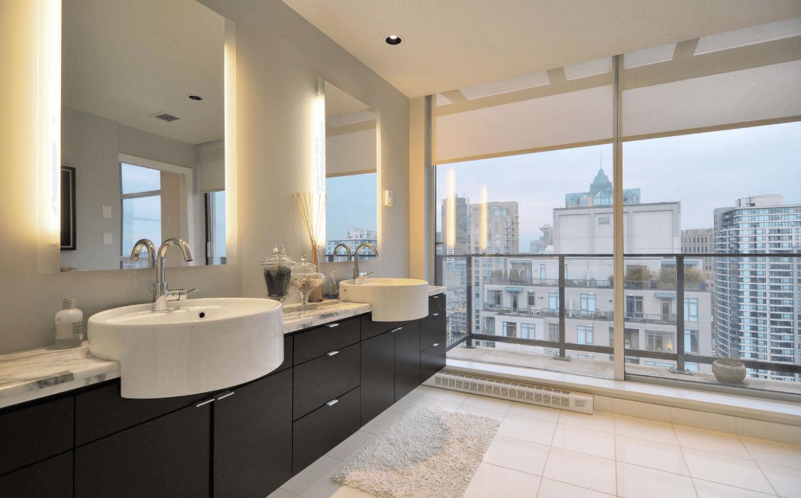 Оригинальный дизайн зеркала в интерьере ванной комнаты - Фото 15