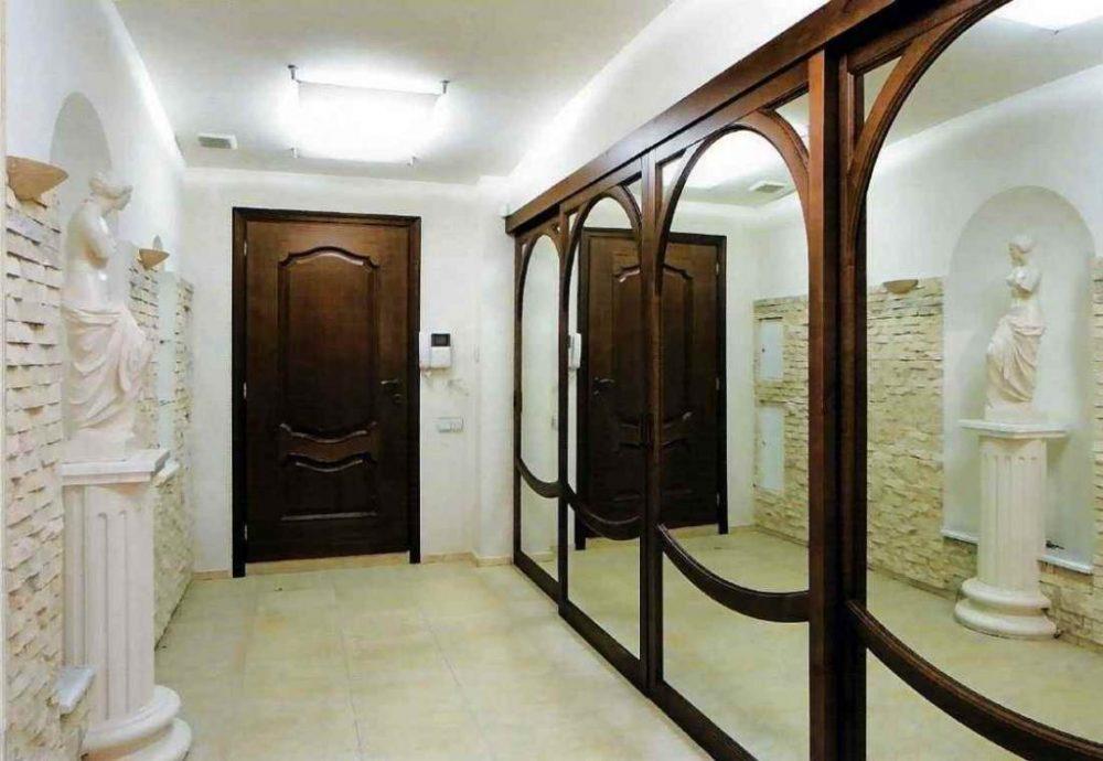 Шкаф-купе с зеркалами в прихожей классического стиля