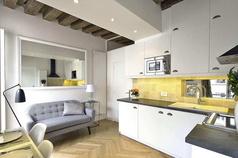 Зеркало в интерьере маленькой квартиры-студии увеличивает пространство