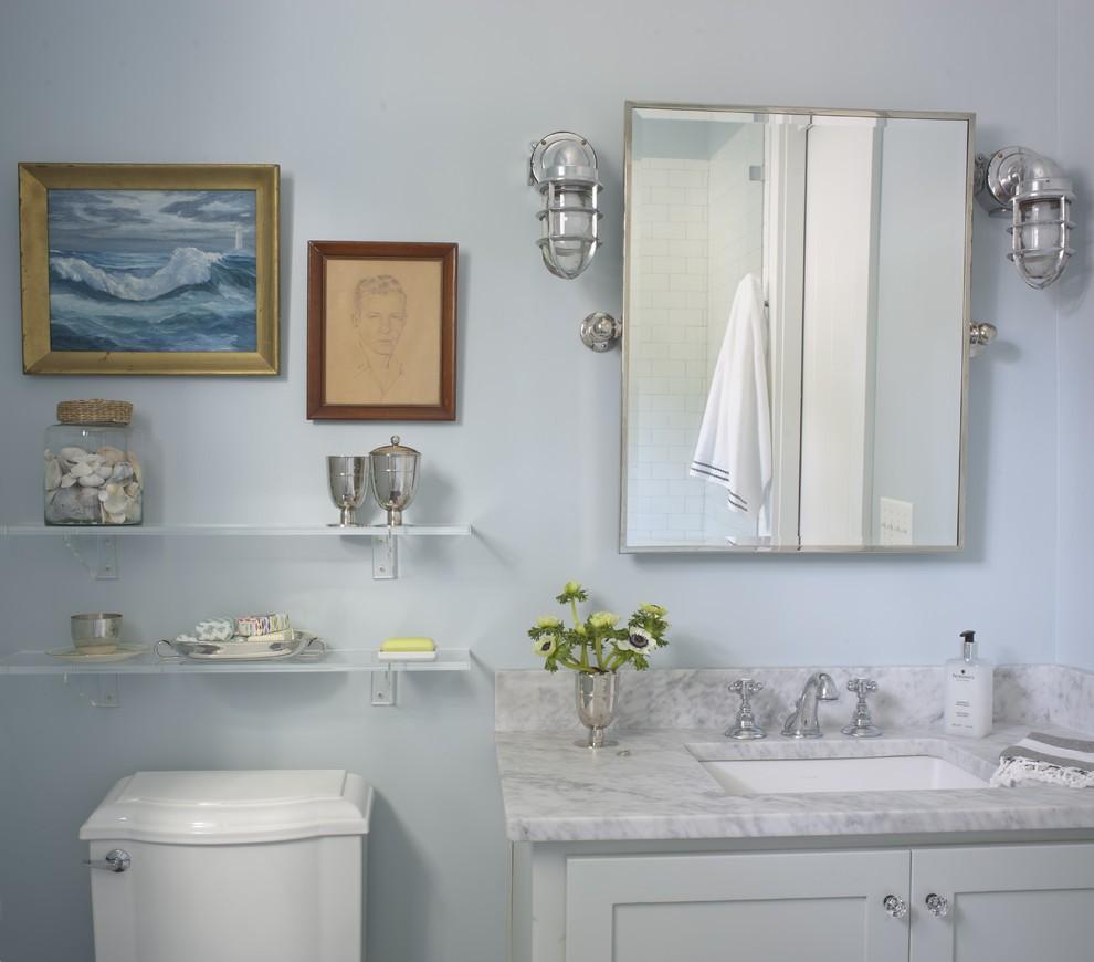 Место возле зеркала можно украсить картинами