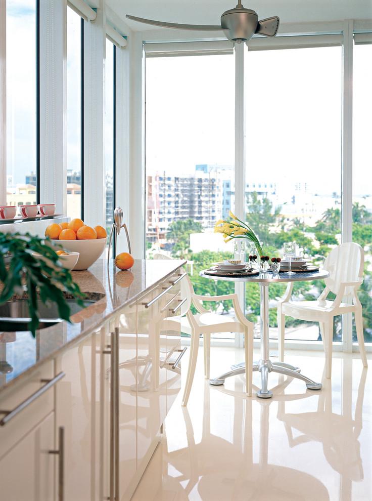 Глянцевый наливной пол бежевого цвета в дизайне кухни